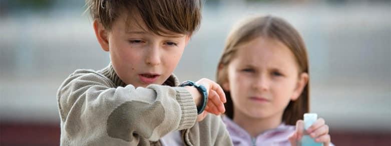 Barn nyser i armveck